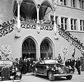 Prinses Juliana en prins Bernhard vertrekken in een open auto van het het stadhu, Bestanddeelnr 252-2001.jpg