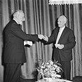 Prof Wieger Bruin overhandigt de prijs aan de schrijver Belcampo (rechts), Bestanddeelnr 911-0281.jpg
