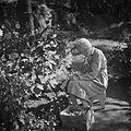 Puutarhassa rakkaiden kukkasten parissa. Aino Sibelius, 1940-1945, (d2005 167 6 107) Suomen valokuvataiteen museo.jpg