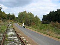 Rad- und Wanderweg weg zwischen Kalterherberg und Sourbrodt auf ehemaliger 2 gleisiger Eisenbahntrasse der Vennbahn.jpg