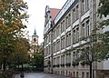 Rastatt, die Hansjacob-Grundschule, Blick zur Bernharduskirche.JPG