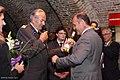 Rot Kreuz Präsident Willi Sauer überreicht Landeshauptmann Stellvertr. Wolfgang Sobotka die erste Flasche des Rot Kreuz Weines von Matthias Laurenz Gräff.jpg