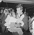 Rudi Carrell heeft de zilveren roos gewonnen. Rudi Carrell met de chimpansee Pla, Bestanddeelnr 916-3509.jpg