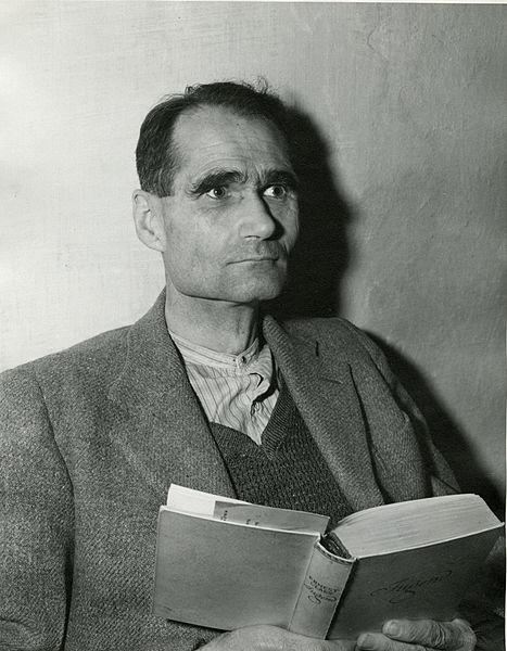 Rudolf Hess leyendo Jugend, mientras espera su juicio en Núremberg en 1945.