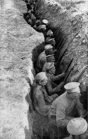 Soldados rusos esperando un ataque alemán en una línea de trincheras.