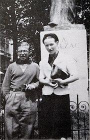 I giovani Sartre e de Beauvoir nei pressi del monumento a Honoré de Balzac (anni 1920)