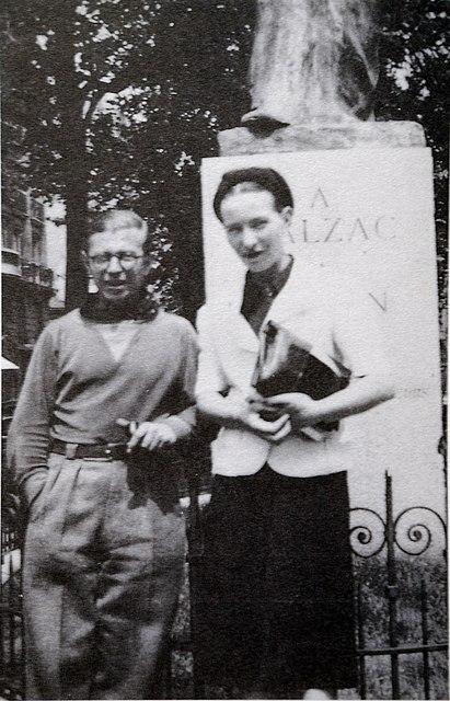 Simone de Beauvoir et Jean-Paul Sartre devant la statue de Balzac à Paris.