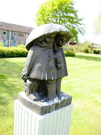 English: Sculpture Onder moeders paraplu, Wijc...
