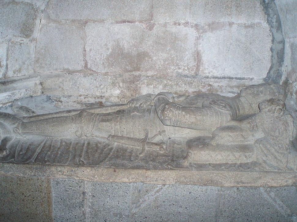 Sepulcro gótico en una de las capillas de la cabecera