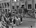 Serie Bezoek van koningin Juliana en prins Bernhard aan Friesland. Dansgroep in, Bestanddeelnr 904-2120.jpg