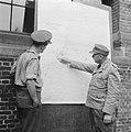Serie Landmijnen ruimen bij Hoek van Holland. De Duitse krijgsgevangene, eerst, Bestanddeelnr 900-6493.jpg