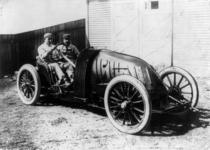 Sisz in his racing machine 1906 edited.png