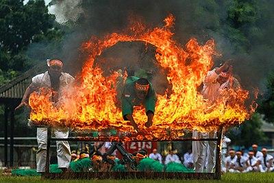 Seseorang melompat ke dalam api sebagai bagian dari tarian lompat api