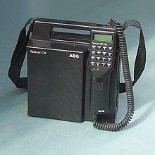 Un telefono trasportabile avente le dimensioni di un borsello da uomo