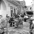 Terras in een straat met mannen die zich met een gezelschapsspel vermaken. Israël, Tiberias. 1948-1949.jpg