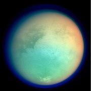 Photographie de Titan en fausses couleurs, montrant des détails de la surface et de l'atmosphère. Xanadu est les région brillante située dans le centre-droit.