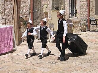 Mea Shearim - Image: Toldos Aharon kids prepare for Shabbat, Mea Shearim, Jerusalem