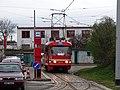 Tramvajová smyčka Radošovická, nástupní zastávka, mazací tramvaj 5572.jpg