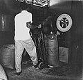 Tropenmuseum Royal Tropical Institute Objectnumber 20007189 Het wegen van de zakken met suiker in.jpg