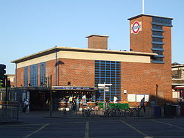Turnpike Lane stn building.JPG