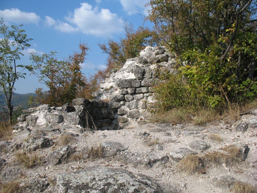 File:Tvrdjava Borac na Krsu Donzon1.jpg - Wikimedia Commons