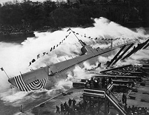 Manitowoc Shipbuilding Company - Image: USS Robalo SS 273 launch