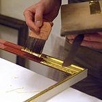 Vergolder arbeitet an einem Bilderrahmen (2278).jpg