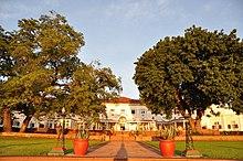 Un gran hotel de estilo colonial blanco