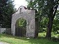 Vlastibořice - brána proti vstupu ke kostelu, severně od čp. 57.jpg