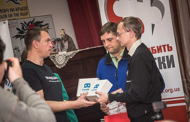 Сергій Орлік вручає Travelbox двом переможцям конкурсу
