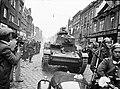 Wojska pancerne podczas defilady widoczny czołg lekki 7 TP. Z lewej mężczyzna z ręczną kamerą filmową.jpg