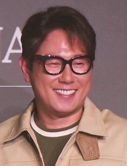 "Yoon Jong-shin at ""Persona"" press conference, 27 March 2019.jpg"