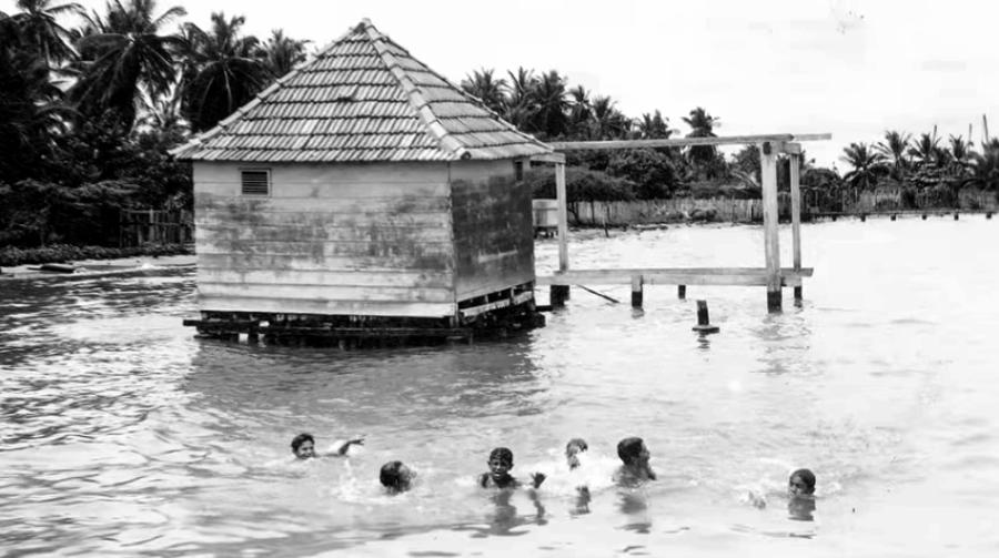 Muchachos bañandose en la laguna de Maracaibo