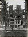 Zicht op twee grachtenhuizen waaronder een hotel - Amsterdam - 20319293 - RCE.jpg