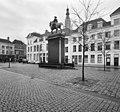 Zij- en achteraaanzicht ruiterstandbeeld van Toon Dupuis, 1921, met overzicht van het plein - Breda - 20332301 - RCE.jpg