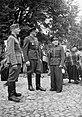 Żołnierz niemiecki i dwaj polscy policjanci na targowisku.jpg