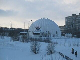 Kuppel des Murmansker Ozeanariums im Winter