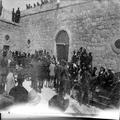 ביקורו של וינסטון צרציל באוניברסיטה העברית בירושלים ( 1921 ) ההמון בפני כניסת -PHG-1003367.png