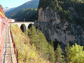 Landwasser Viaduct - Image: 2007 10 Albulabahn 01 Tiefencastel Filisur 02