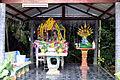 201304061028a Wat Tham Nakarat Geisterhäuschen.jpg