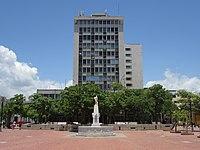 2018 Santa Marta (Colombia) - Edificio de los Bancos en el Parque Simón Bolívar.jpg