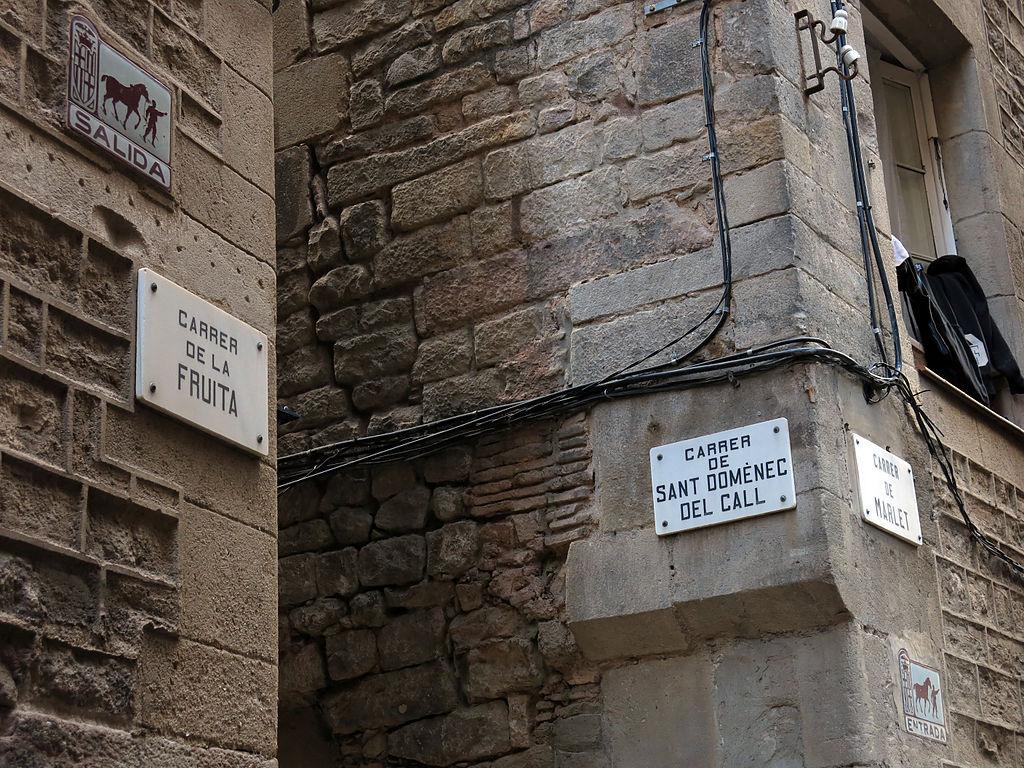 33 Cantonada dels carrers Sant Domènec del Call, Fruita i Marlet.JPG