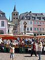 9 Trier Hauptmarkt mit Marktkreuz und Dom.JPG