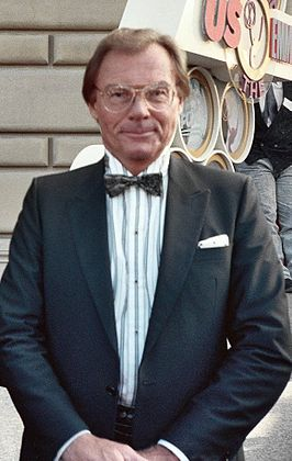 Adam West tijdens de 41e Emmy Awards (1989)