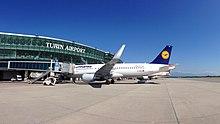 Airbus A320 della Lufthansa al terminal dell'aeroporto