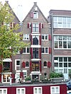 foto van Pakhuis met gave puntgevels aan voor- en achterzijde, voorzien van twee- en drielichten