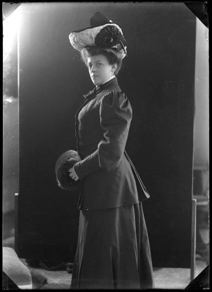 File:Annie Hirsch, dancer, undated portrait - SMV - GH143.tif