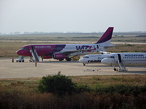 Arad International Airport - Arad Airport platform on a busy day, back in 2013: a Wizz Air Airbus A320, a TAROM ATR 72 and a Moldavian Fokker 100