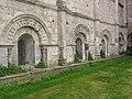 Basilique Saint-Eutrope de Saintes, stèles discoidales et chapiteaux autour de fenêtres.JPG