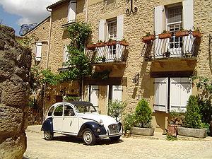 Belvès - Image: Belves Dordogne France 2CV